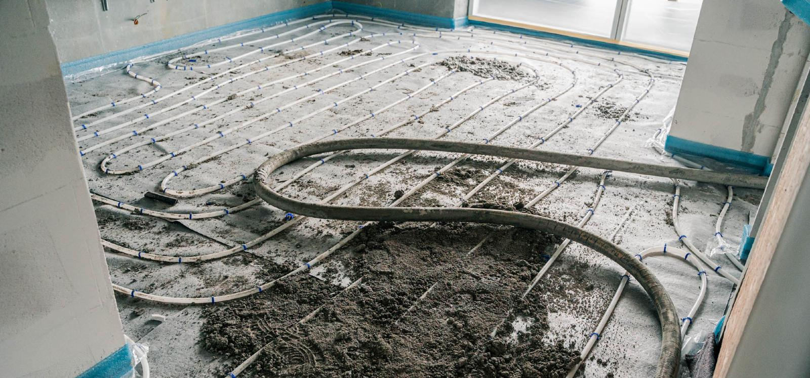 Et billede af Estrich undergulv som er ved at blive lagt på