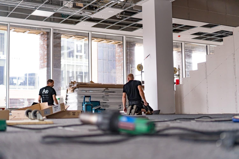 et billede af en mand som er ved at lave gulvpleje på et gulv