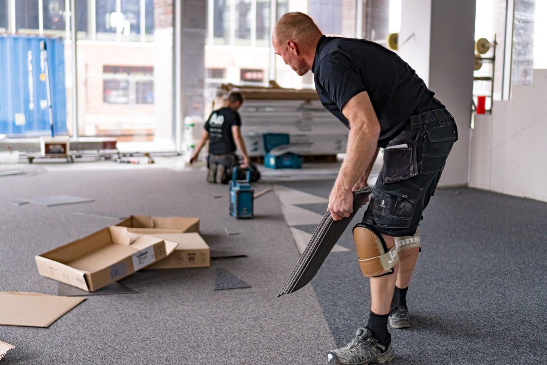 et billede af tæppefliser som er en af de bedste gulvbelægninger til erhverv