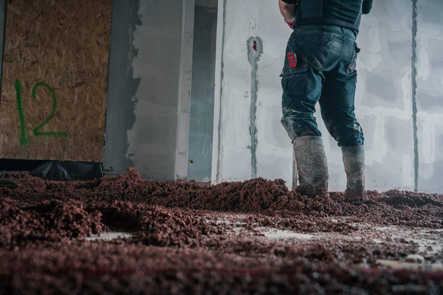 Et billede af en mand som er ved at lægge thermotec isolerende undergulv på