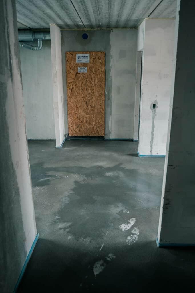 et estrich undergulv efter det er blevet lagt ovenpå beton