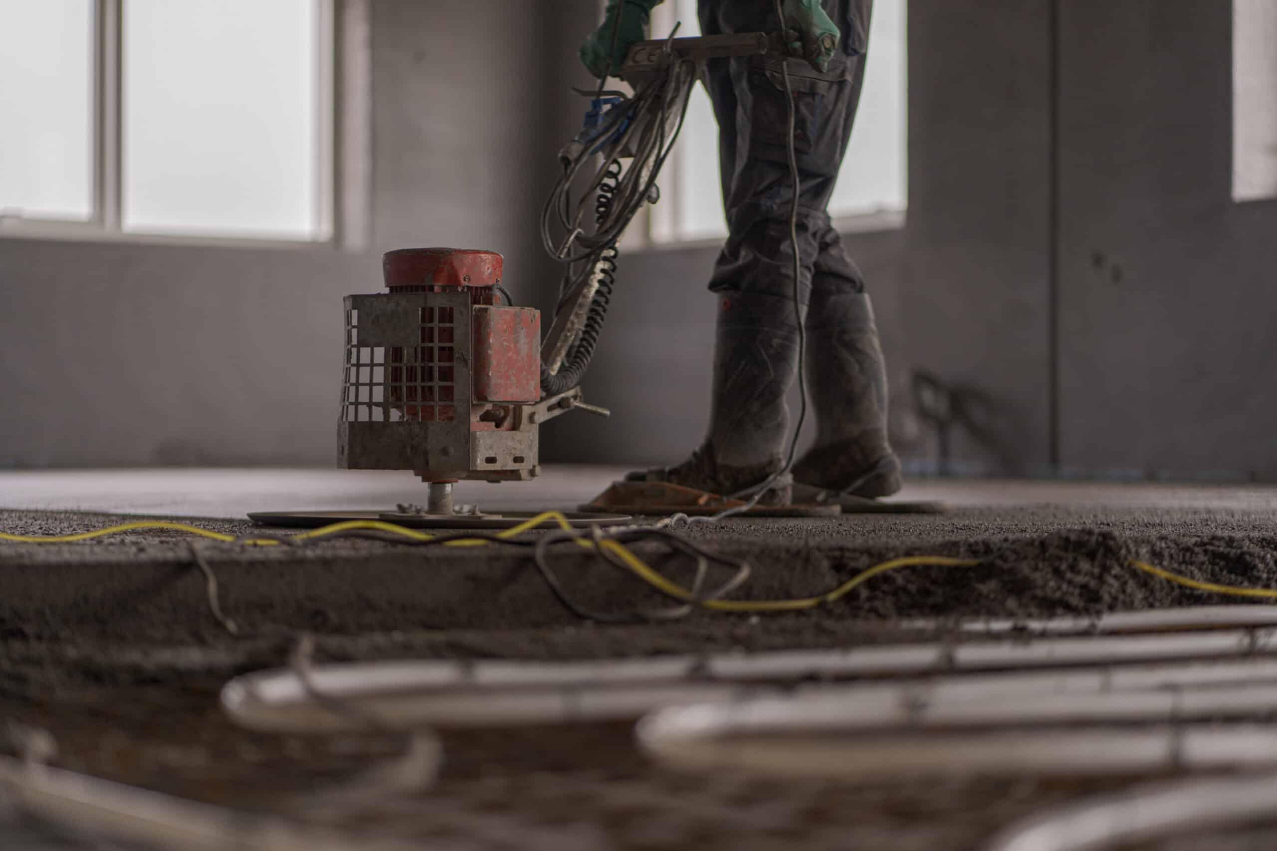 estrich slidlagsgulv til undergulv udført af en mand som arbejder hos a10 tæpper og gulve